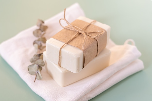 Eucalyptus, papier kraft, tissu de coton, savon, sur fond vert.