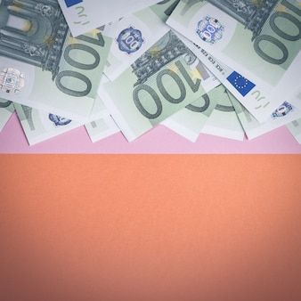 Euro cash sur fond rose et orange