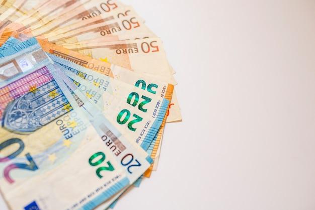 Euro cash. de nombreux billets en euros de différentes valeurs. euro cash background.