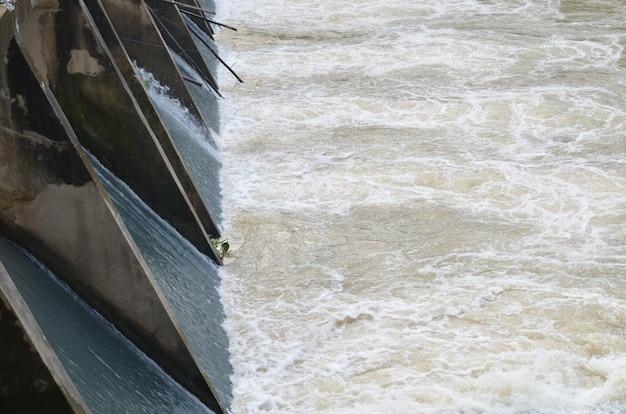 Évacuateur de crues dans la partie du barrage
