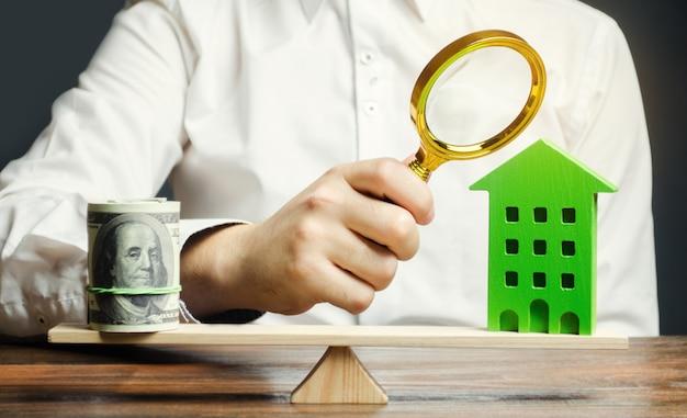Évaluateur estime le coût du logement.