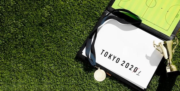 Événement sportif de tokyo 2020 reporté l'assortiment avec copie espace