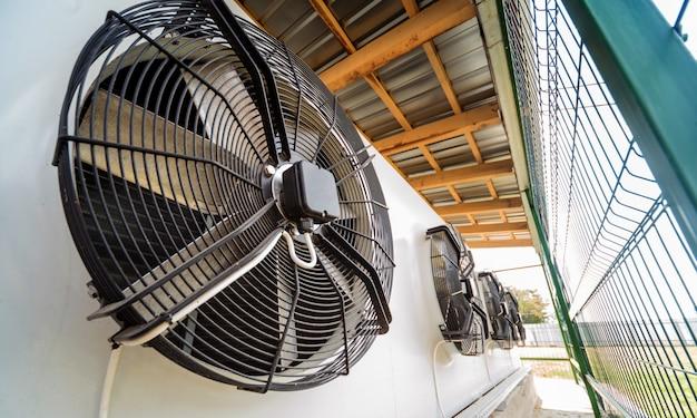 Évent de climatisation industrielle en métal. cvc. un ventilateur.
