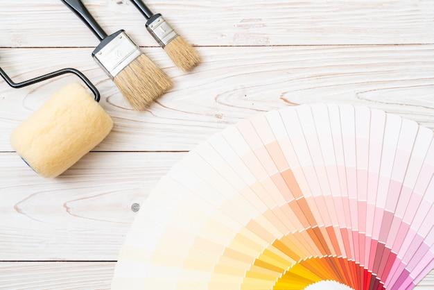 Éventail d'échantillons de couleurs avec pinceaux
