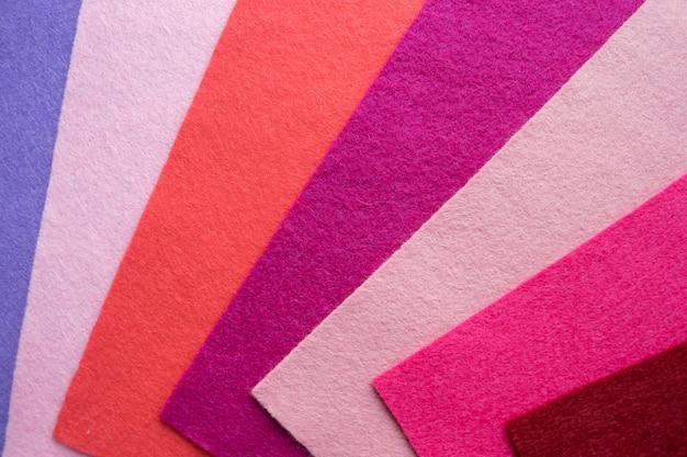 Eventail en matière textile colorée en feutre brillant. échantillons de feutre