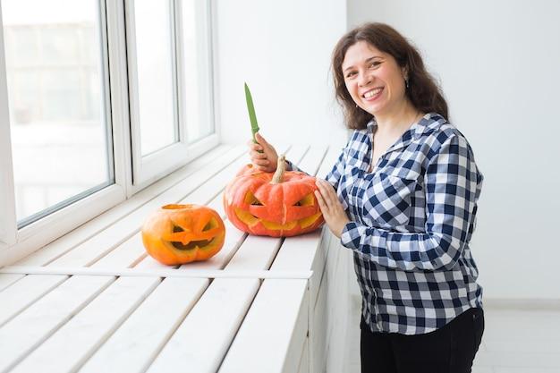 Évider une citrouille pour préparer la lanterne d'halloween