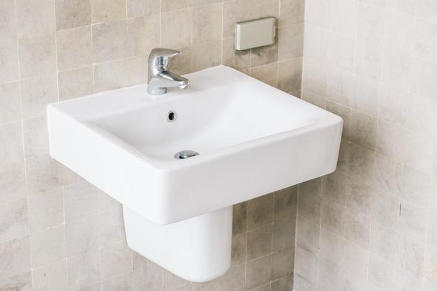 Évier blanc et robinet