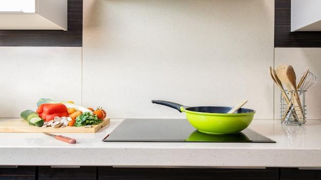 Évier de cuisine en marbre avec vitrocéramique - préparation de légumes - espace copie .