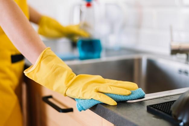 Évier de nettoyage pour adultes en gros plan