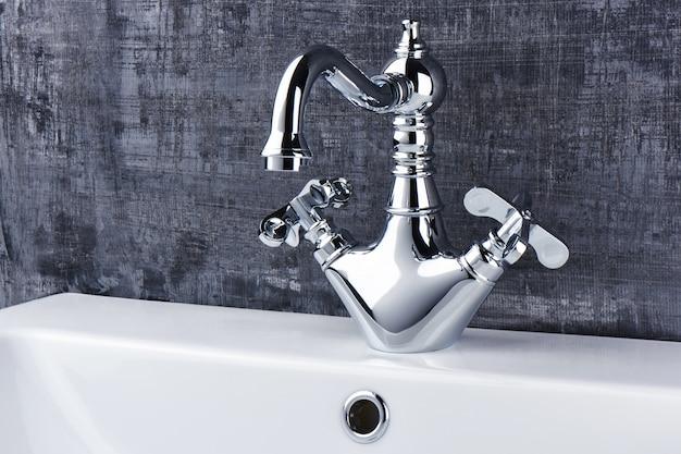 Évier de robinet sur fond noir et blanc