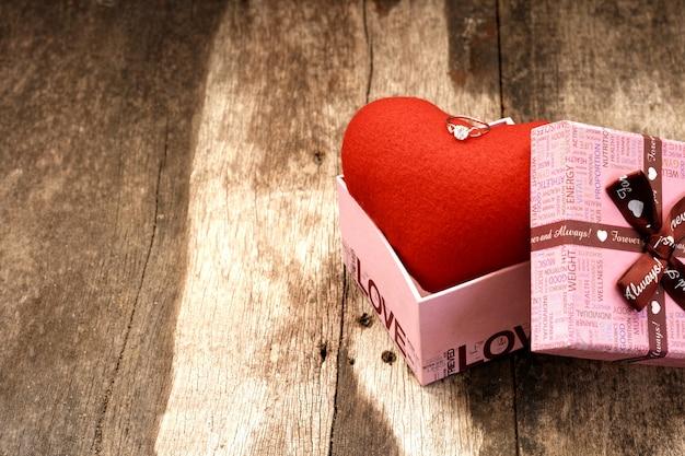 Ewelry bague sur le dessus du coeur dans la boîte cadeau.