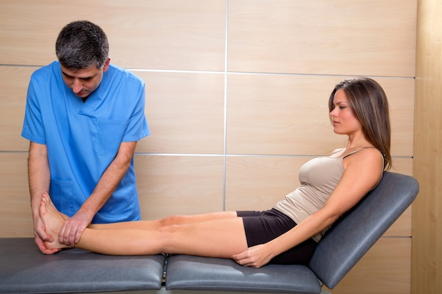 Examen de cheville et de pied du docteur à la patiente