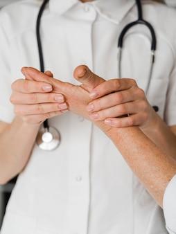 Examen clinique de médecin en gros plan