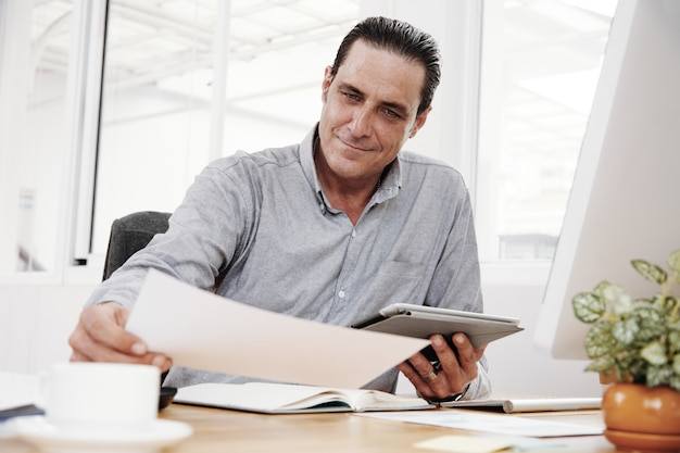 Examen du contrat au bureau