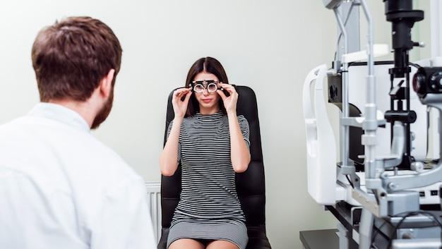 Examen à la lampe à fente. biomicroscopie du segment oculaire antérieur. examen oculaire de base.