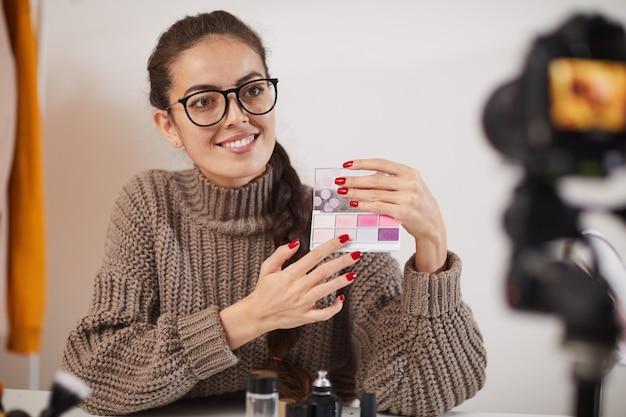 Examen de maquillage de jeune femme
