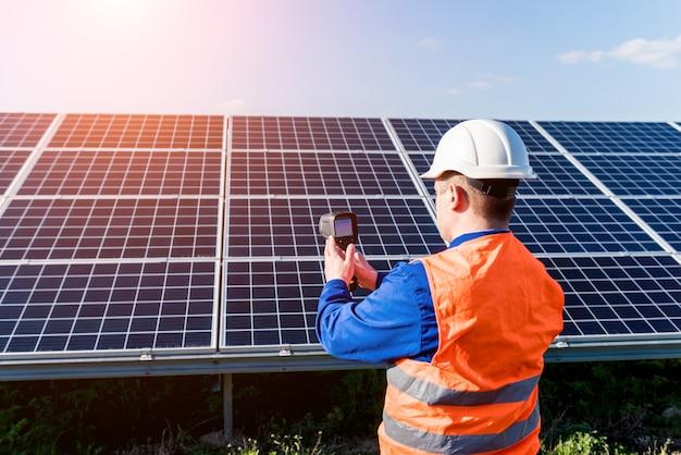 Examen par un inspecteur de modules photovoltaïques à l'aide d'une caméra thermique