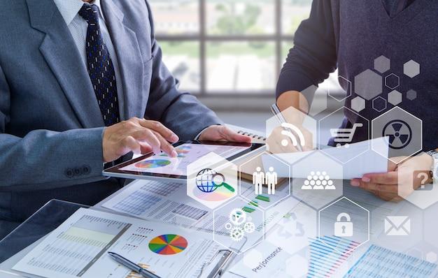 Examen de rapports financiers dans une analyse de retour sur investissement
