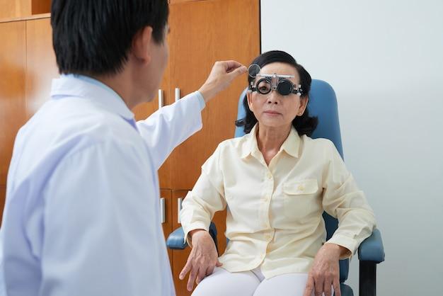 Examen de la vue à l'hôpital