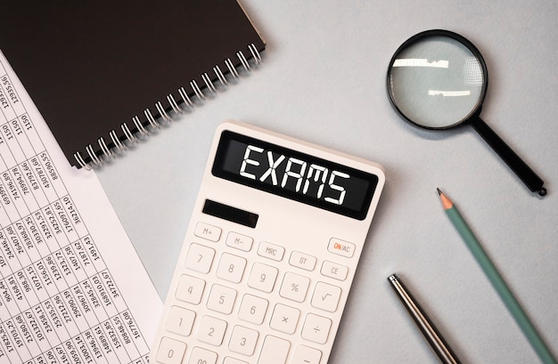 Examen word sur la calculatrice parmi la vue de dessus des documents financiers