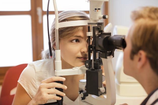 Examen des yeux chez le médecin