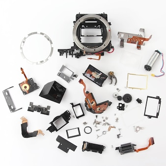 Examiné en détail les pièces de l'appareil photo numérique. technologies modernes de l'électronique