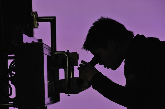 Examiner microscope recherche en sciences explorer