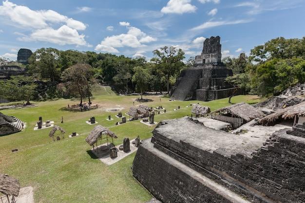Excavation archéologique de pyramides de temple maya dans la forêt tropicale verte du parc national de tikal