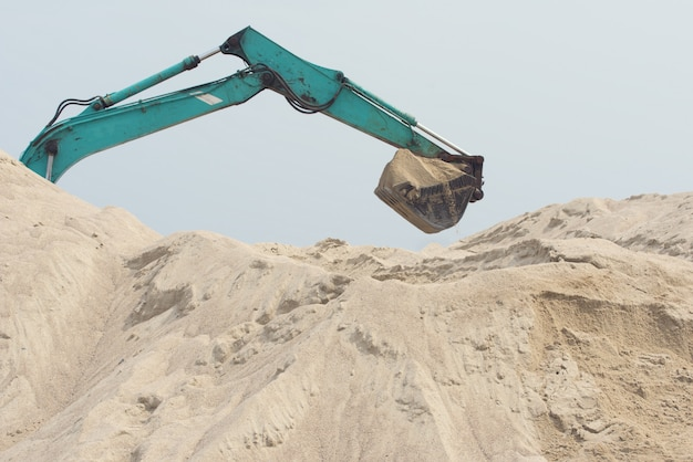 L'excavatrice creuse du sable