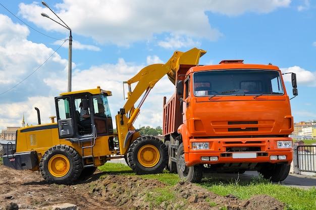 L'excavatrice creuse une tranchée de travaux routiers