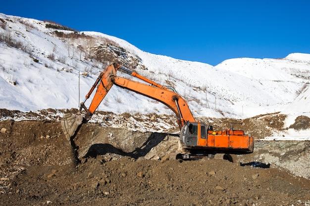 Excavatrice creuser du minerai à l'extraction de l'or