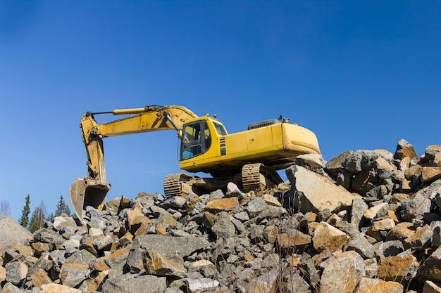 Excavatrice jaune et bulldozer au travail en forêt