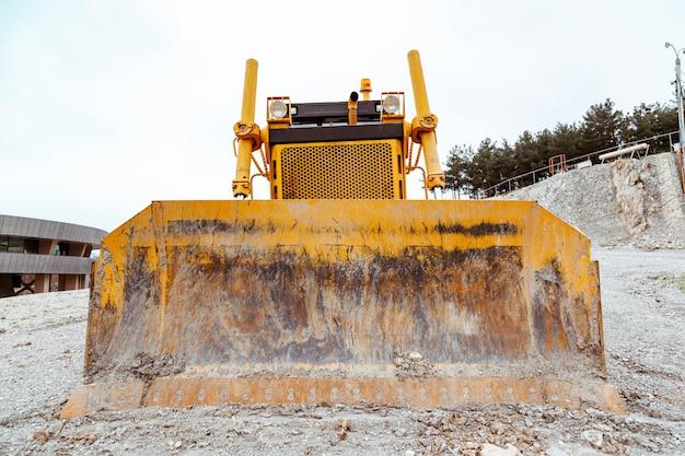 Excavatrice jaune pendant les travaux