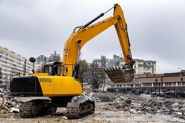 Une excavatrice parmi un tas d'ordures après le démantèlement d'un bâtiment construit illégalement.