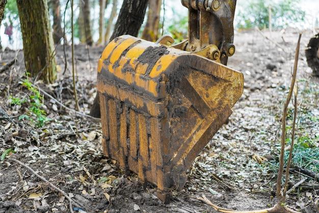 L'excavatrice travaille à la construction du site d'excavation