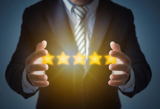 Excellent service et meilleure expérience client ou bon client, homme d'affaires affichant une note de 5 étoiles sur bleu foncé