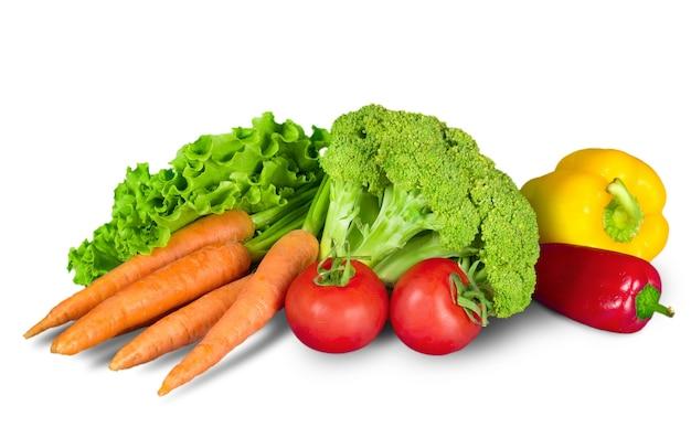 Excellents légumes frais, isolés sur blanc avec un tracé de détourage