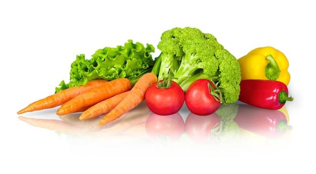 Excellents légumes frais, isolés sur blanc