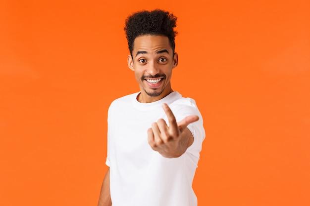 Excité amical, souriant et heureux mec hipster afro-américain