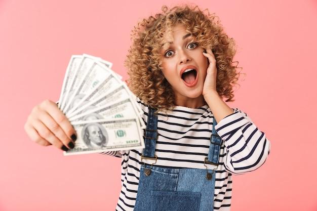 Excité, curly, femme, 20s, tenue, fan, de, dollar, argent, quoique, debout