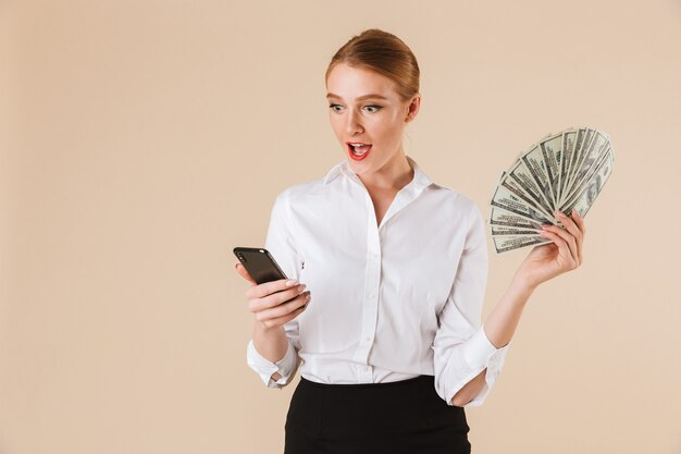 Excité, femme affaires, projection, argent