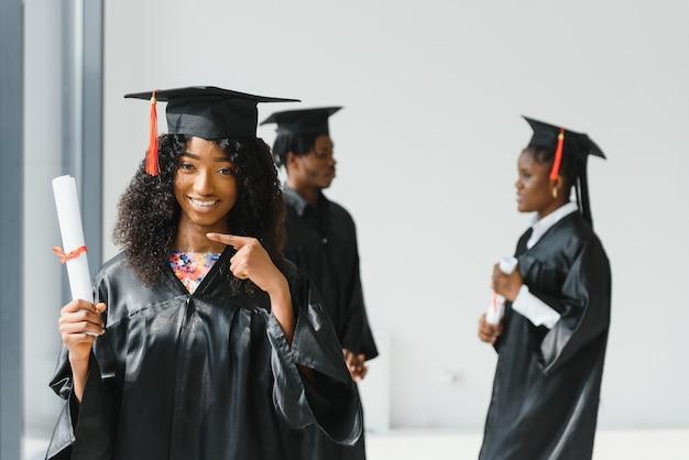 Excité femme afro-américaine à son diplôme.