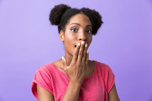 Excité, femme américaine africaine, couvrant bouche, à, paume, isolé