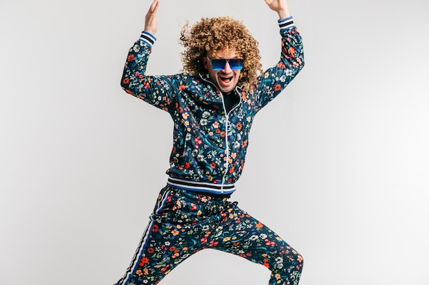 Excité l'homme drôle adulte dans des vêtements vintage élégants posant. mode des années 80.