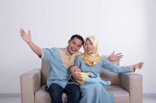Excité jeune famille musulmane asiatique
