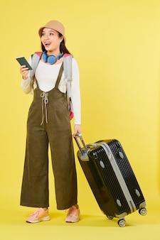 Excité jeune femme voyageur