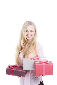 Excité jolie femme avec de nombreux coffrets cadeaux isolés.