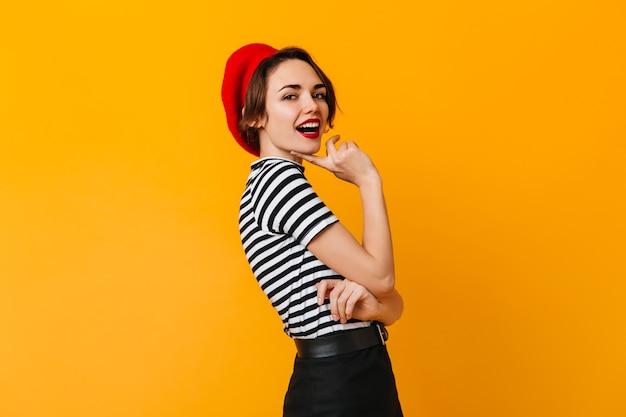 Excité jolie femme posant en tenue française
