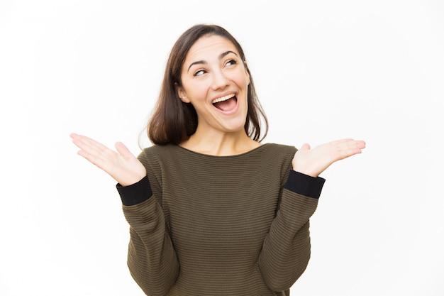 Excité joyeuse femme latine haletante