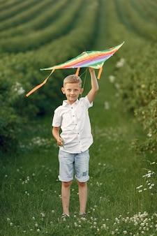 Excité petit garçon en cours d'exécution avec un avion jouet